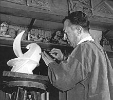 se trata de Henri Lagriffoul su técnica es la talla en piedra y mármol,y en menos obras utiliza el moldeado.fue profesor y enseñó desde 1969 en la escultura de la Escuela Politécnica y modelado.