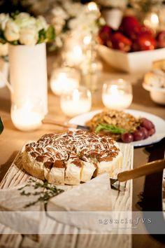 www.agenciafvs.com Puedes adornar tu mesa de quesos con velas, se verá muy elegante.