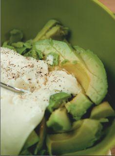 Avokado er en næringsbombe. Spiser du to spiseeskjer avokado, får du faktisk i deg omkring 20 vitaminer og mineraler, samtidig som du senker kolesterolet.