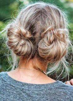 Deep Double Buns: Der doppelte Dutt trägt man jetzt im Nacken Girly Hairstyles, Messy Bun Hairstyles, Work Hairstyles, Waitress Hairstyles For Long Hair, Wedding Hairstyles, Updo Hairstyle, Hairstyle Photos, Beach Hairstyles, School Hairstyles