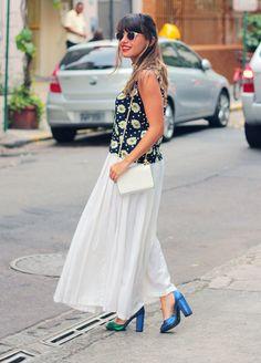 Blusa e saia vintage, comprada em brechó, bolsa Miallegra, óculos Saara, sandálias Dress To.  vintage skirt and blouse, Miallegra bag, Dress To sandals.