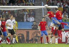 Un golazo para la eternidad  Puyol se elevó por encima de todos en el área de Alemania y cabeceó con furia el balón a las redes de Neuer para dar a España el pase a la primera final de su historia.