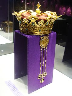 The museum collection also includes the Steel Crown, jewel of the Romanian Royal Family, manufactured of steel pipe of an Ottoman cannon captured in the battle of Griviţa, during the War of Independence (between 1877 and 1878).It was worn by all the Romanian Kings at solemn occasions, starting with the coronation of Charles I. King Ferdinand I wore it at his coronation in Alba-Iulia. King Mihai I was crowned with the same crown, in the Patriarchal Cathedral in Bucharest.