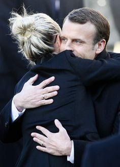 Læticia Hallyday dans les bras d'Emmanuel Macron, avant le discours du Président de la République.