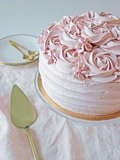 Hallon- och chokladtårta med smörkrämsrosor