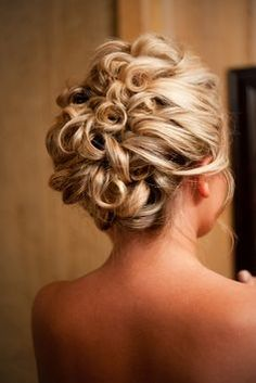 LOVE this curly bridal hairstyle