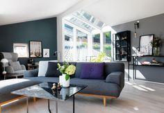 Stue med farverige vægge