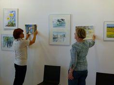 "Ausstellung ""Faszination Aquarell"" in der MV-Fotogalerie | Malschüler beim Hängen der Bilder (c) FRank Koebsch (5)"