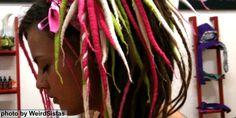 """Έχουμε συνδέσει τα dreadlocks με τους Rastafari και την Τζαμάικα, όμως η ιστορία τους ξεκινά πολύ παλιότερα. Από την αρχαία Αίγυπτο, τους πρώτους Ινδουϊστές αλλά και στην αρχαία Ελλάδα, το """"μπέρδεμα"""" των μαλλιών με φυσικό ή τεχνητό τρόπο ήταν αρκετά συνηθισμένο. Το συγκεκριμένο hairstyle πήρε το όνομά του όμως κατά την δεκαετία του '50 στην Τζαμάικα: στην διάλεκτο των Rastafari σημαίνει """"θεοφοβούμενος""""."""