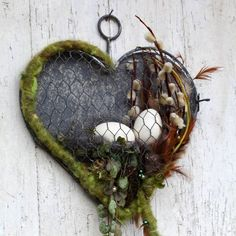 This pretty heart from Maschendraht and the Blechwandback is on the click bar and can always again b Easter Projects, Easter Crafts, Wire Crafts, Diy And Crafts, Navidad Diy, Deco Floral, Easter Holidays, Glass Birds, Easter Wreaths