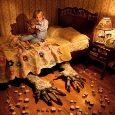 Sabes que ahí no habita, pero cuando cae la noche la incertidumbre se apodera de tus sentidos y te invita a cuidar que tus pies no se deslicen fuera de la cama pues, expectante, sus garras esperan el menor descuido...