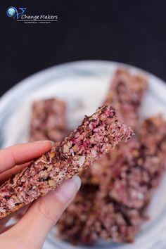Rezept: DIY Himbeer Müsliriegel mit Kokos und Nüssen in nur 20 Minuten Recipe for healthy vegan DIY raspberry granola bars in just 20 minutes. Vegan Sweets, Vegan Snacks, Vegan Dinners, Healthy Snacks, Vegan Recipes, Sante Plus, Cereal Bars, Vegan Blogs, Granola Bars