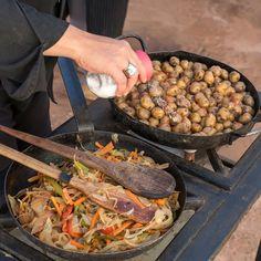 A #Argentina é reconhecida por suas carnes bovinas de ótima qualidade mas no norte do país as culturas andinas como os #Quéchuas e #Aimarás tiveram uma grande contribuição na gastronomia utilizando o milho e a batata como estrelas principais da culinária. Na foto as delícias preparadas nas ruas de #Purmamarca por @sarmiento.tere - - - - - - - - - -  #INPROTUR @visitargentina @turismojujuy #ArgentinaEsTuMundo #argentina #argentina_ig #argentina360 #argentinaig #VisitArgentina #ArgentinaTrails…