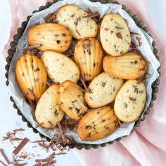 Chocolate chip madeleines (Laura's Bakery) Meringue Recept, Meringue Girls, Oreo Fudge, Chocolate, High Tea, A Food, Nom Nom, Bakery, Stuffed Mushrooms