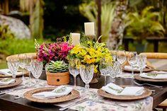 Arranjos de flores coloridas para mesa de convidados - Casamento no campo