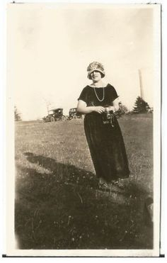 LADY IN HAT HOLDS CAMERA OLD VINTAGE PHOTO/SNAPSHOT-G2432