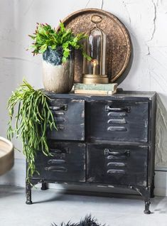 Botanical bedroom decor feature living with plants Vintage Decor, Rustic Decor, Botanical Bedroom, Home Interior Design, Interior Decorating, Home And Deco, Home And Living, Painted Furniture, Sweet Home