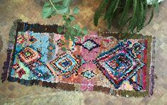 Superbe pièce, dim 240 cm x 110 cm  Ici un tapis Boucherouite: Tissé à la main, par des femmes berbères dans les régions rurales du Maroc, motifs traditionnels fabriqué avec du tissus recyclé, très coloré il sadapte dans tous les styles dintérieurs. Chaque tapis est une pièce unique !  demandez dautres photos ....  Livraison dans le monde entier : Merci de nous indiquer votre destination si elle nest pas dans la liste, nous vous enverront un tarif sur mesure. Le coût est en fonction du…
