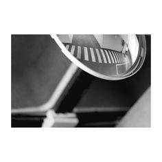 """Una reflexión del día. Como parte del proyecto de final de curso """"Un día en la vida de.."""" en la Escuela internacional de fotografía de Alcobendas. #undiaenlavidade #blancoynegro #blackandwhite #workout #workday #diadetrabajo #garage #garaje #mirror #reflection #espejo #reflejo #pictureoftheday #photooftheday #igers #igersmadrid #igersspain"""