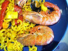 Fideuá, es una paella de marisco pero en lugar de arroz lleva fideos, inventada por unos pescadores en Gandia (Valencia) que se les olvido el arroz y disponiendo de fideos (finos) elaboraron lo que se ha convertido en un plato exquisito.  Receta en mi Blog: http://lacocinadelolidominguez.blogspot.com.es/2013/12/fideua.html Videoreceta en You Tube:  http://www.youtube.com/watch?v=HbSTMfO2Eeo