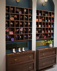 Huge Mirror, Metal Mirror, Showroom Interior Design, Wall Of Fame, Reception Design, Pantry Design, Soft Furnishings, Furniture Making, Neutral Colors