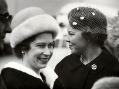 Koningin Elizabeth van Groot-Brittannië arriveerde op Schiphol ter bijwoning van het Zilveren Huwelijksfeest van het koningin Juliana en prins Bernhard. Prinses Beatrix verwelkomt koningin Elizabeth op Schiphol, 1 mei 1962.