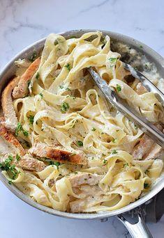 The Easy Chicken Alfredo Best Alfredo Recipe, Alfredo Sauce Recipe Easy, Easy Chicken Dinner Recipes, Chicken Pasta Recipes, Easy Meals, Turkey Recipes, Chicken Fettuccine, Fettuccine Alfredo, Homemade Chicken Alfredo Sauce