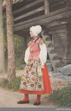 Sommarhögtidsdräkt för hustru från Unnaryds socken i Småland. Folk Clothing, Scandinavian Design, Balenciaga, Ethnic, Hipster, Museum, Costumes, Embroidery, Life