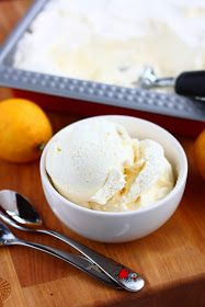 Nyt alkoi meidän jäätelökesä. Tämän vuoden ensimmäinen versio oli tämä helppo sitruunainen jäätelö.   Mulla on paha tapa ostaa sitruuno...