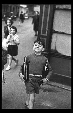 Henri Cartier Bresson, el maestro. En cada una de sus fotos puedes encontrar motivos para seguir mirando. Casi diría que te puedes meter dentro de la imagen, de la vida que muestra. No será la última que ponga de Henry.