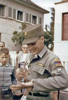 """""""Specialist Class Elvis Presley is pictured with fans in front of his rented house at Goethestraße 14 in Bad Nauheim, Germany in Elvis was promoted to this military rank in Friedberg… Elvis And Priscilla, Priscilla Presley, Lisa Marie Presley, Elvis Presley Army, Elvis Presley Photos, Army Day, Us Army, Are You Lonesome Tonight, Young Elvis"""