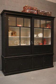 Vitrinekast Fabienne 10078 - Prachtige zwarte landelijke vitrinekast met een witgrijze binnenzijde. Door de schuifdeuren heeft het meubel een eigentijdse uitstraling. Met een legplank achter de dichte deuren. MAATWERK Dit meubel is handgemaakt en -geschilderd. De kast kan in vrijwel elke gewenste maat, indeling en RAL-kleur worden nabesteld. Benieuwd naar de mogelijkheden? Kom eens langs, of neem contact met ons op. Wij maken vrijblijvend een offerte voor het meubel van uw voorkeur!