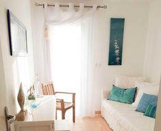 Le mood à la fois accueillant et inspirant de cette chambre. ✨ Cosy Home, Interior Photography, Curtains, Projects, Home Decor, Home Decoration, Bedroom, Log Projects, Blinds