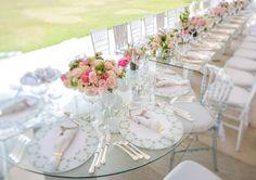 Mesa coletiva terminando numa mesa redonda reservada para os noivos e seus pais, que tal?