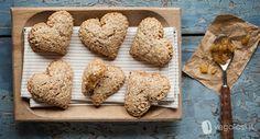 Semplici ma buonissimi questi biscotti vegani ripieni alle mele sono perfetti per colazione: senza burro e uova, sono leggeri e gustosi.