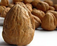 #Nuez # Nueces Composición por 100 gramos de porción comestible    Energía (Kcal)645    Proteínas (g) 14,5  Glúcidos totales (g)    3,3  Azúcares (g) 1,3  Lípidos totales (g)    63,8  Saturadas (g)   5,66  Fibra (g)    5,9  Sodio (mg)    7  Colesterol total (mg)    0  Vitaminas: vitamina A, B1, B3, B9, C, E, carotenoides Información obtenida de: Tablas de composición de alimentos del CESNID