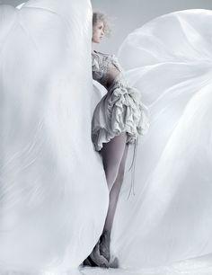 http://www.yiqingyin.com/wp-content/gallery/ss-2011/Yiqing%20Yin%20SS%202011%20P1%20%2004.jpg