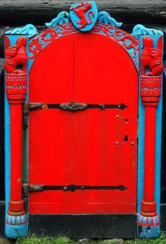 Amazing red and blue door - should definitely be the entrance to a castle…