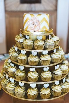 Gold #cupcakes | F&L's Favourite #Gold #Wedding Ideas http://www.pinterest.com/FLDesignerGuide/gold-wedding/