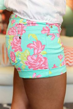 Adorable floral summer short trend