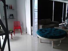 Cómo solucionar un espacio abierto, con pocos muebles y un muro divisor falso