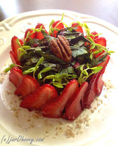 strawberry spinach salad raw vegan paleo