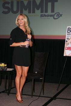 Very Sexy and Leggy Carrie Underwood! Carrie Underwood Music, Carrie Underwood Photos, Great Legs, Nice Legs, Julianne Hough Hot, Country Girls, Country Music, Country Singers, Sexy Older Women