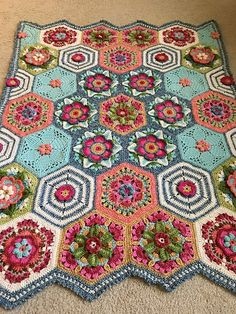 Beautiful crochet blanket made with Hexagons - Ravelry: Project Gallery for Frida's Flower Blanket pattern by Jane Crowfoot Crochet Hexagon Blanket, Crochet Quilt, Afghan Crochet Patterns, Crochet Squares, Crochet Home, Crochet Motif, Crochet Crafts, Crochet Flowers, Crochet Projects