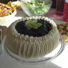 #Mustikkamoussella täytetty #kermakakku | #Creamy cake filled with #blueberrymousse. #Pitopalvelu #Tampere