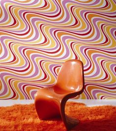 Retro orange chair and wallpaper Look Wallpaper, Retro Wallpaper, 70s Decor, Retro Home Decor, Casa Pop, Panton Chair, Retro Room, Vintage Interior Design, Retro Fabric