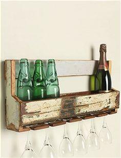 Tolles Regal für die Küche! Oben ist Platz für mindestens 6 Flaschen oder Kochbücher, unten werden bis zu 6 Weingläser eingehängt. Das Regal wird aus recyceltem Holz gearbeitet, daher kann es zu unterschieden in der Farbgebung kommen.
