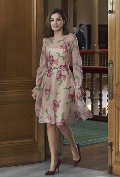 Queen Letizia of Spain Photos - Queen Letizia of Spain attends several audiences during the Princess of Asturias Award 2017 at the Reconquista Hotel on October 2017 in Oviedo, Spain. Dresses For Teens, Trendy Dresses, Elegant Dresses, Cute Dresses, Beautiful Dresses, Casual Dresses, Fashion Dresses, Party Dresses, Maxi Dresses