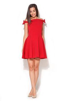 Czerwona sukienka z odsłoniętymi ramionami