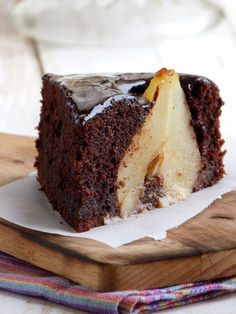 Chocolate Almond Cake with Pears Chocolate Almond Cake, Almond Cakes, Chocolate Desserts, Lemon Desserts, Easy Desserts, Delicious Desserts, Dessert Recipes, Fruit Dishes, Apple Recipes